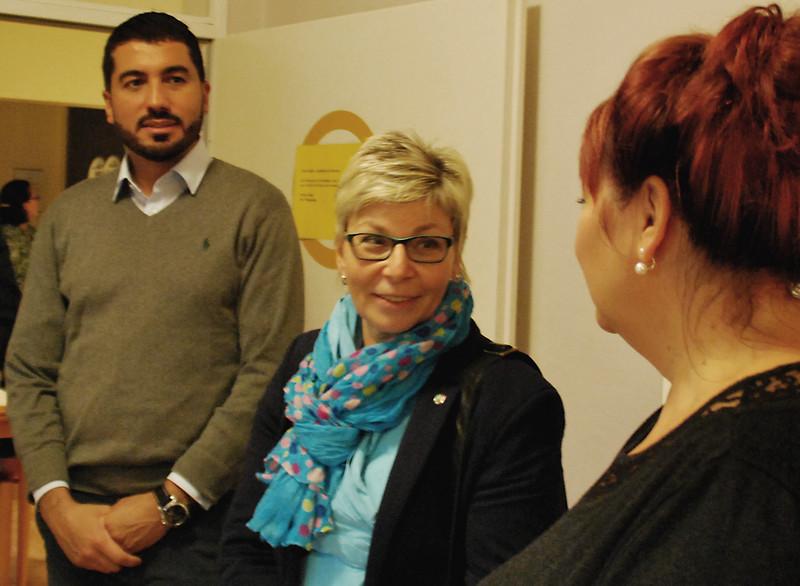 Die beiden Landtagsabgeordneten Carina Gödecke (2. von li.) und Serdar Yüksel folgten aufmerksam den Ausführungen von Pflegedienstleiterin Sabine Monteton über den Alltag im Hospiz St. Hildegard.