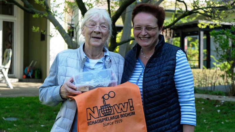 Elly Altegoer überbringt Katrin Gondermann im Hospizgarten eine Spende