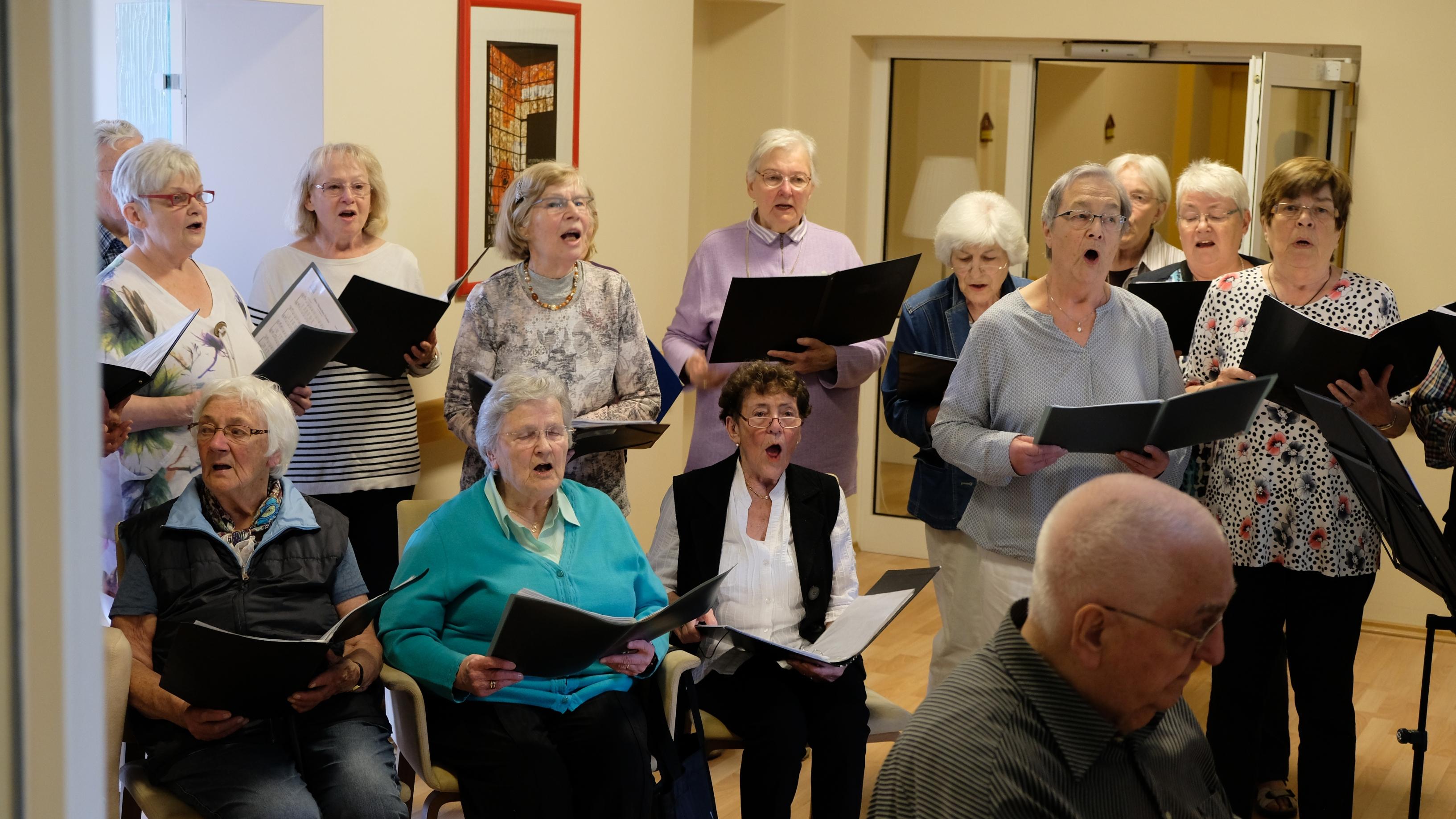 Der Singkries der Johannesgemeinde Hattingen singt für die Gäste im Hospiz St. Hildegard