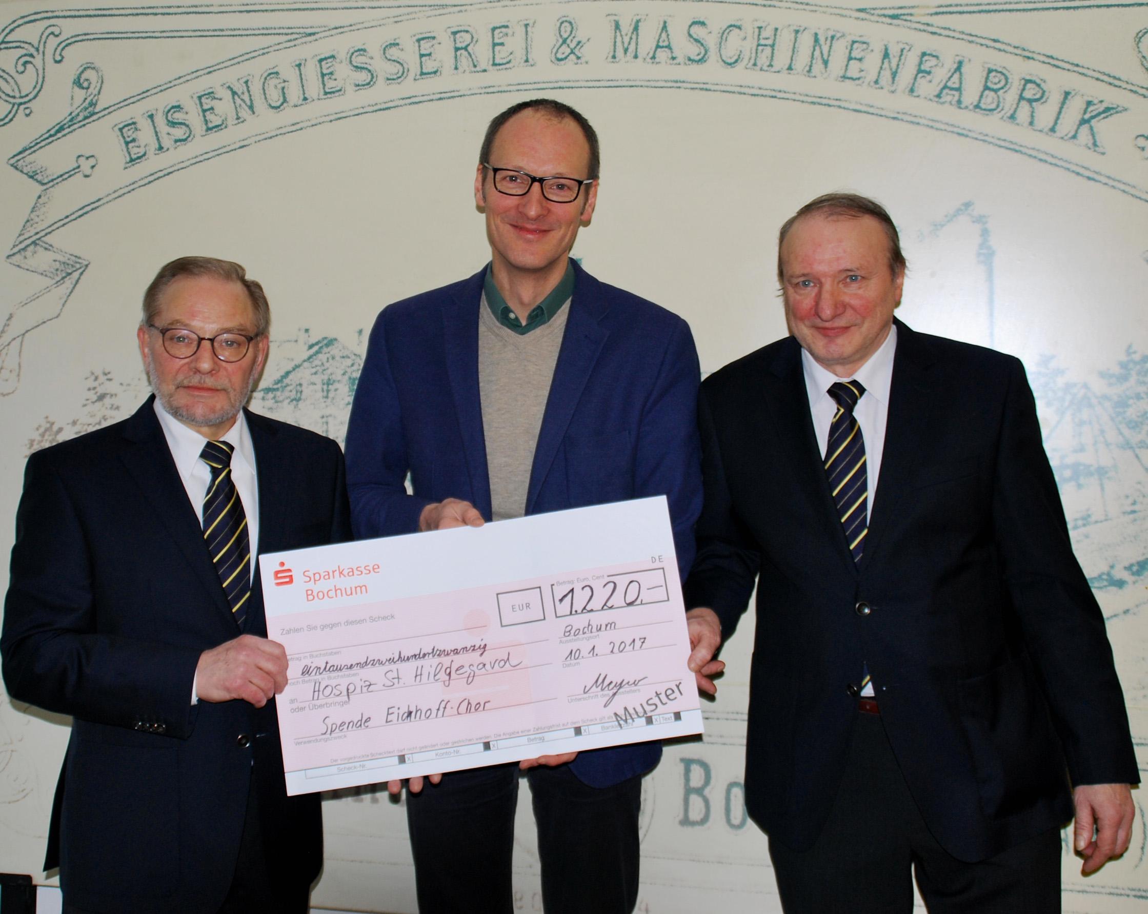 Dieter Meyer (li) und Norbert Behlert (re) vom Eickhoff-Chor überreichen Spende für das Hospiz St. Hildegard an Hospizleiter Johannes Kevenhörster